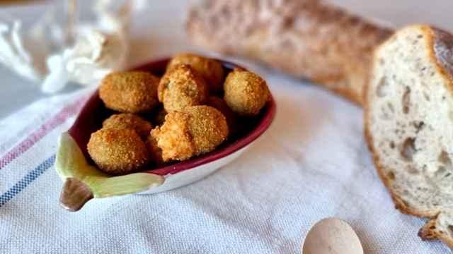Aceitunas rellenas de carne, una receta italiana de aperitivo