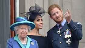 Isabel II, Meghan Markle y el príncipe Harry de Inglaterra.