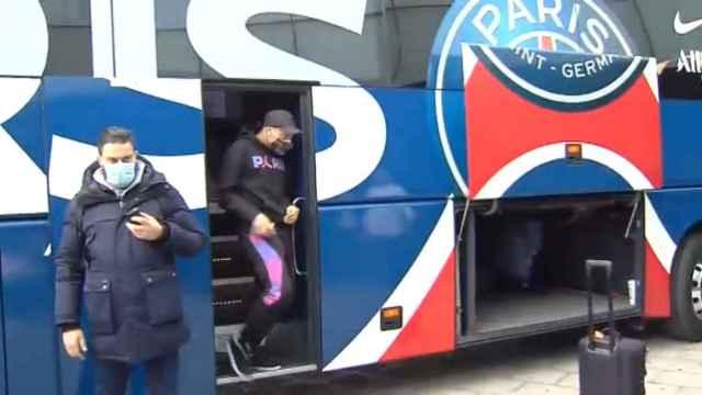 Neymar y Mbappé, los más aclamados en la llegada del PSG a Barcelona