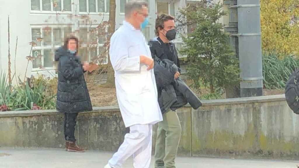 Fernando Alonso abandonando el hospital de Berna