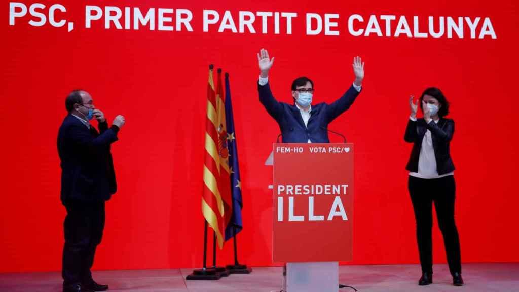 Salvador Illa con Miquel Iceta y Eva Grandos tras conocerse el resultado de las elecciones catalanas.