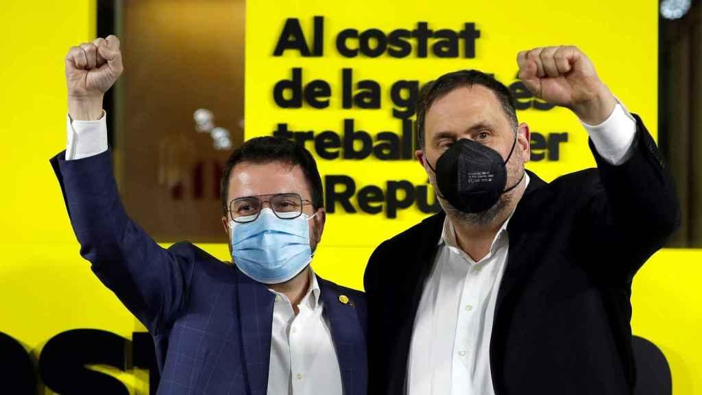 El candidato de ERC, Pere Aragonès, junto al líder del partido, Oriol Junqueras, en la noche del 14-F.