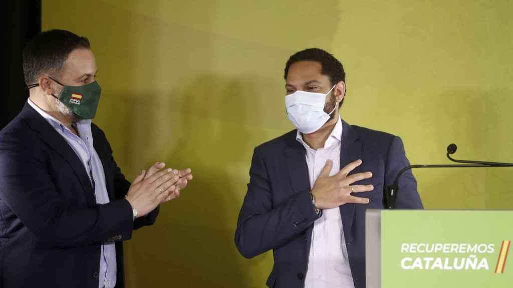 Santiago Abascal aplaude al candidato de Vox, Ignacio Garriga, en la noche del 14-F.