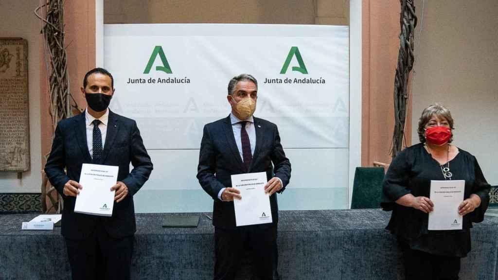 Los representantes de UGT y CSIF con el consejero de Presidencia, Elías Bendodo