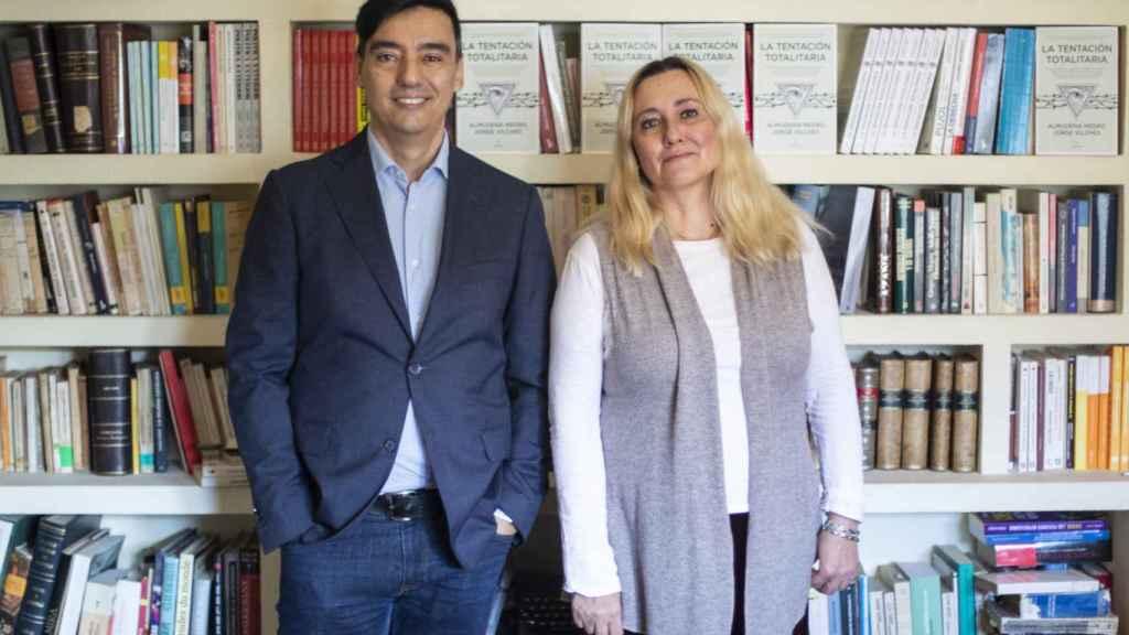 Jorge Vilches y Almudena Negro, autores de 'La tentación totalitaria', posan para EL ESPAÑOL en la biblioteca de su casa.