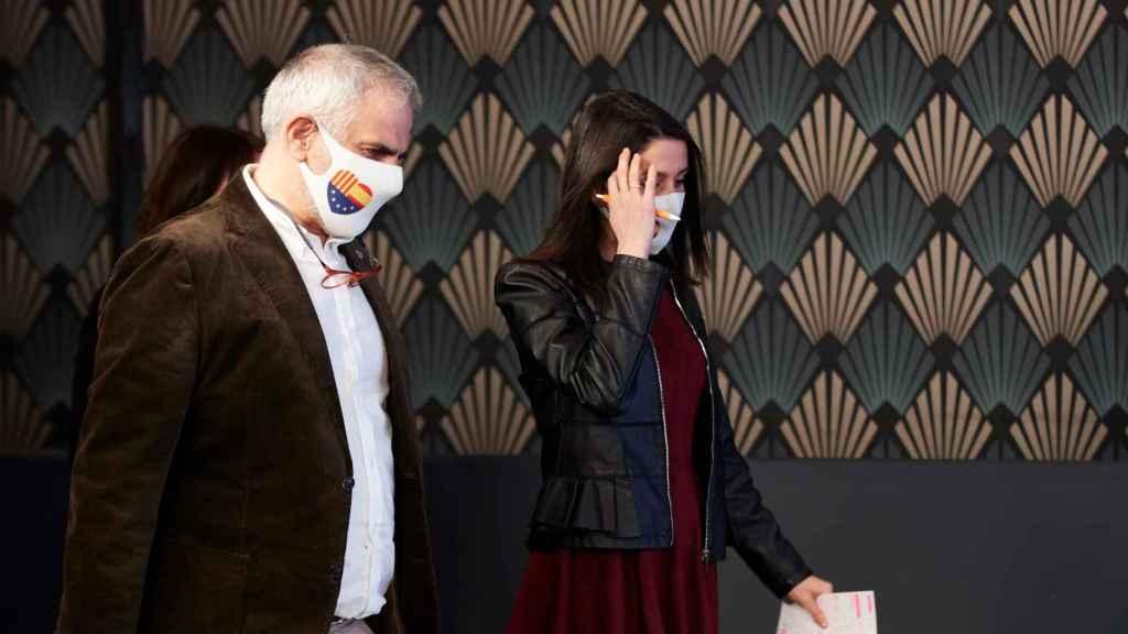 Carlos Carrizosa, candidato de Ciudadanos, e Inés Arrimadas, presidenta liberal, en la noche electoral del 14-F.