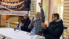 El rapero Pablo Hasel (d) participa junto a Adrià Sa (i) y Paco Cela (c) en un acto en los jardines Víctor Siurana de la Universidad de Lleida (UdL), el pasado miércoles.