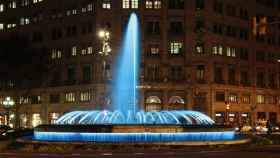 Una fuente iluminada del Passeig de Gràcia de Barcelona. FOTO: Pixabay.