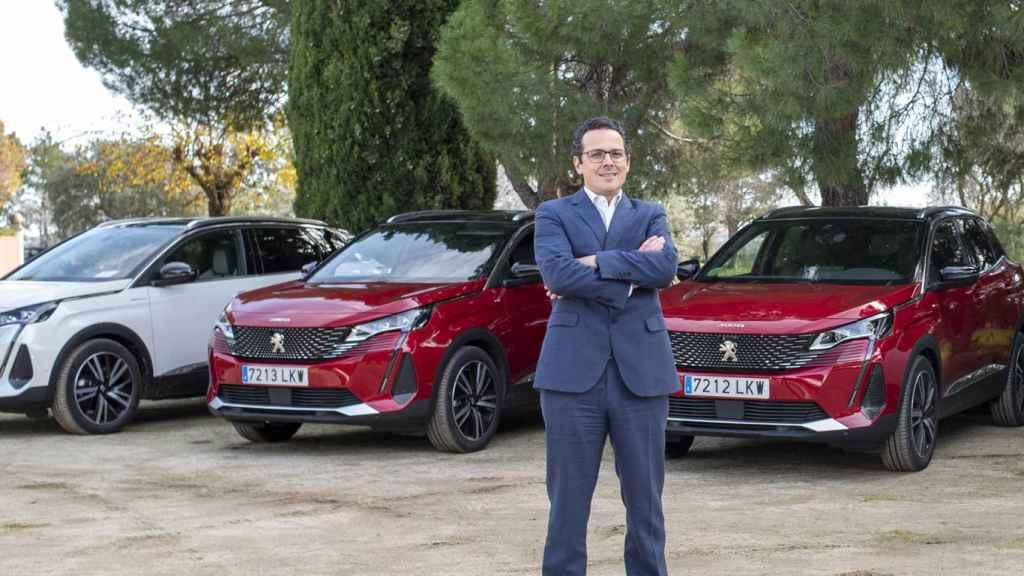 Joao Mendes junto a los nuevos Peugeot 3008 y 5008.