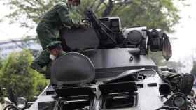 Tanques en las calles de Birmania ante las protestas contra el golpe de Estado.