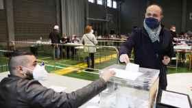 Fernández votando este domingo con el famoso pañuelo al cuello.