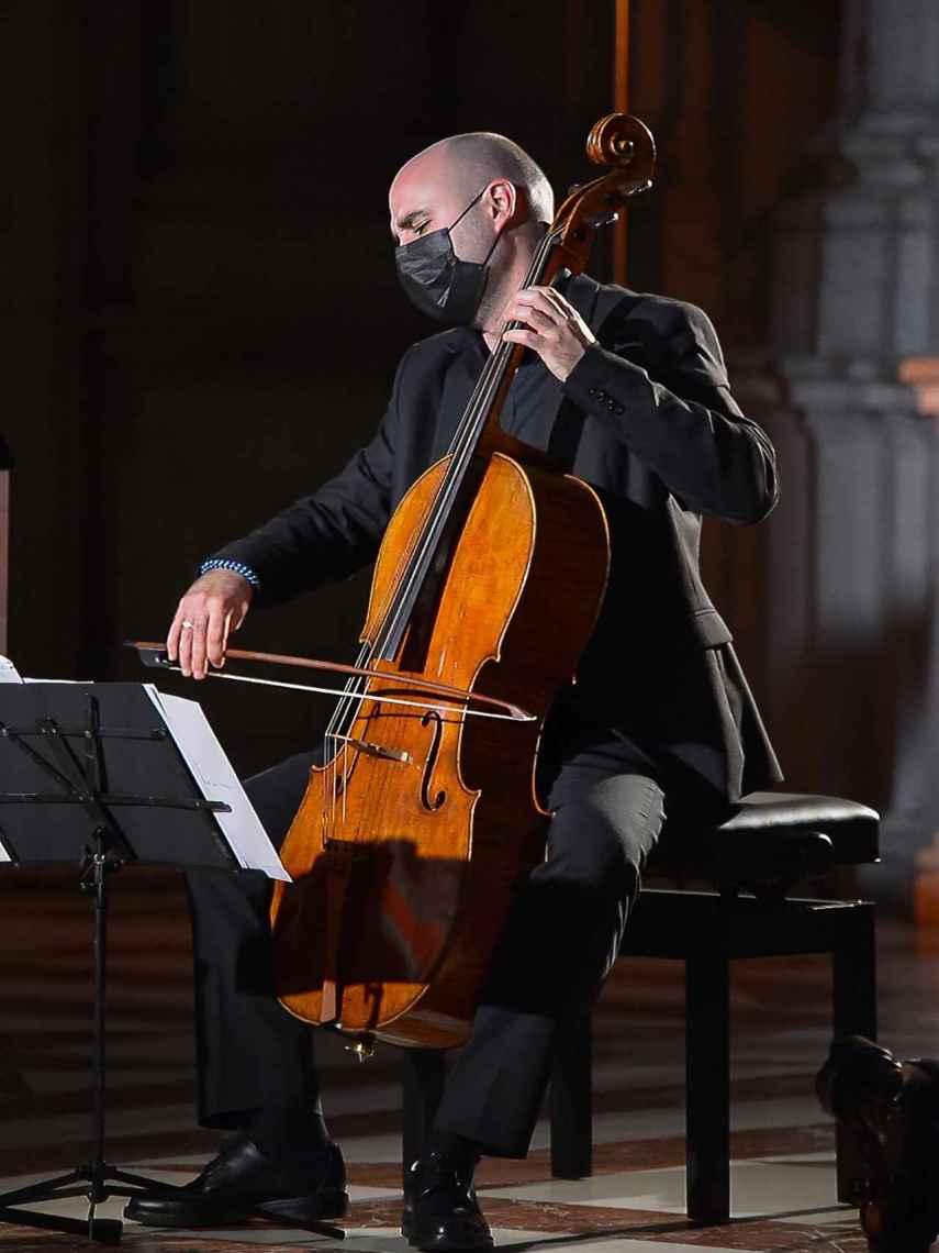 Guillermo Turina tocando el Stradivarius 1700 durante el concierto en el Palacio Real.