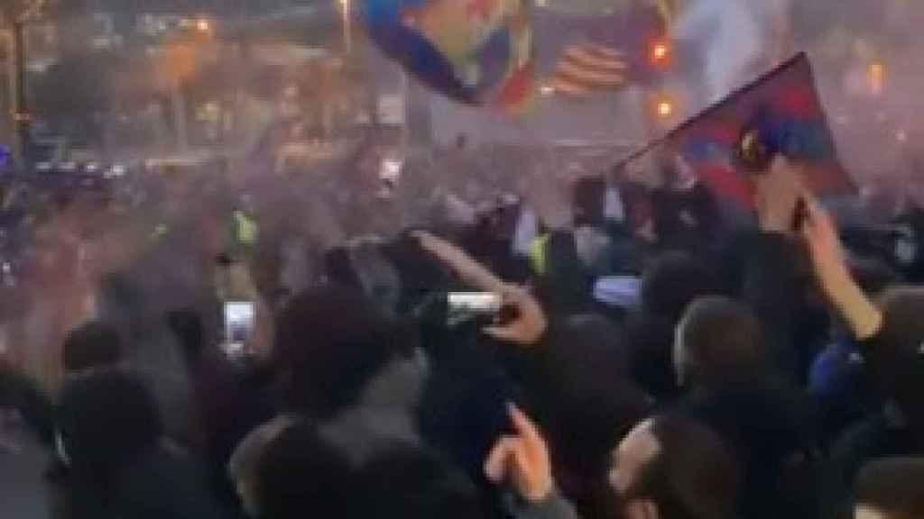 Los aficionados de Barça se agolpan a la entrada del Camp Nou