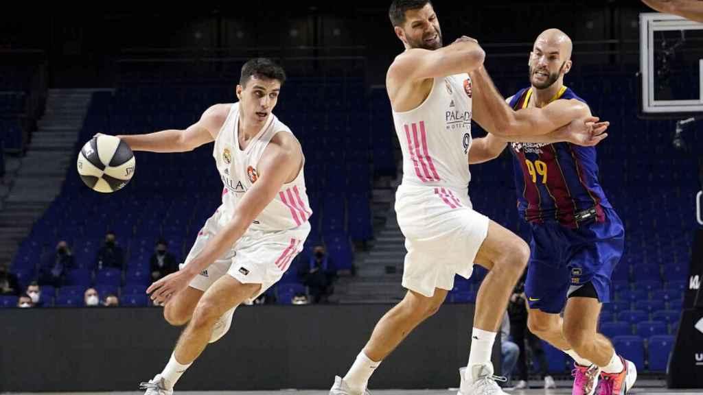Alocén con el balón, mientras que Felipe Reyes 'pelea' con Calathes