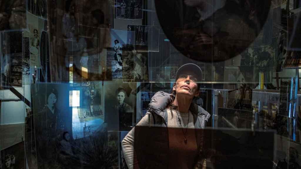 Carmela García en el centro de su obra 'Todas las almas', en la que comienza la exposición.