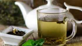 Una taza que contiene té verde.
