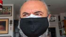 Un individuo con doble mascarilla.