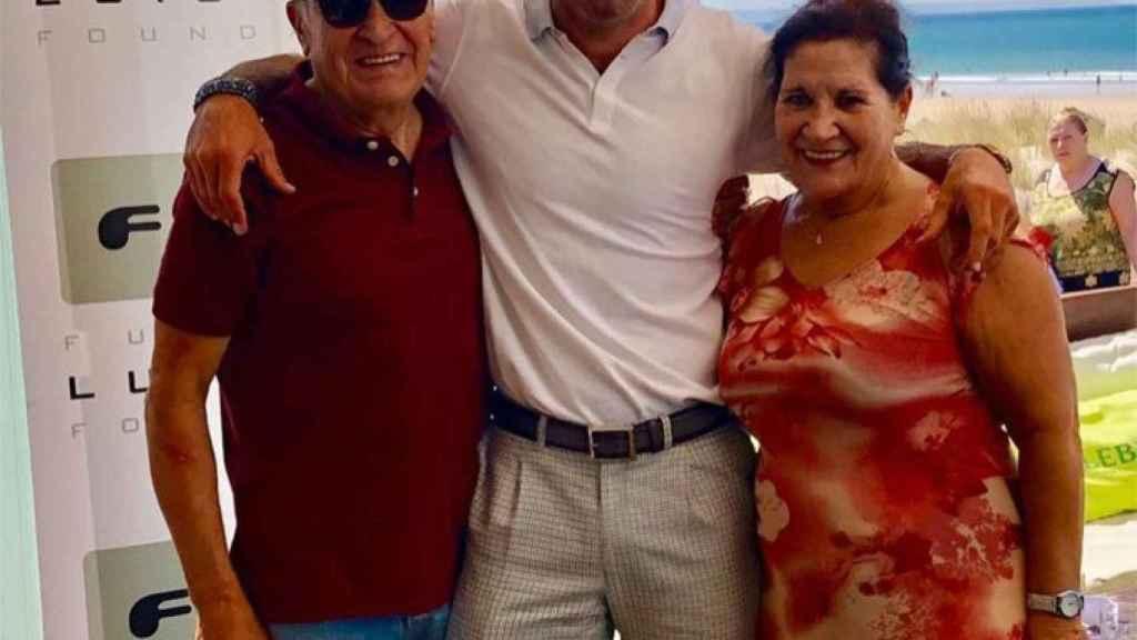 Luis Figo junto a sus padres en una imagen de las redes sociales.