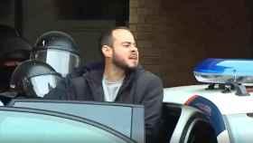 El rapero Pablo Hasél sale de la Universidad de Lleida tras ser detenido por los Mossos.