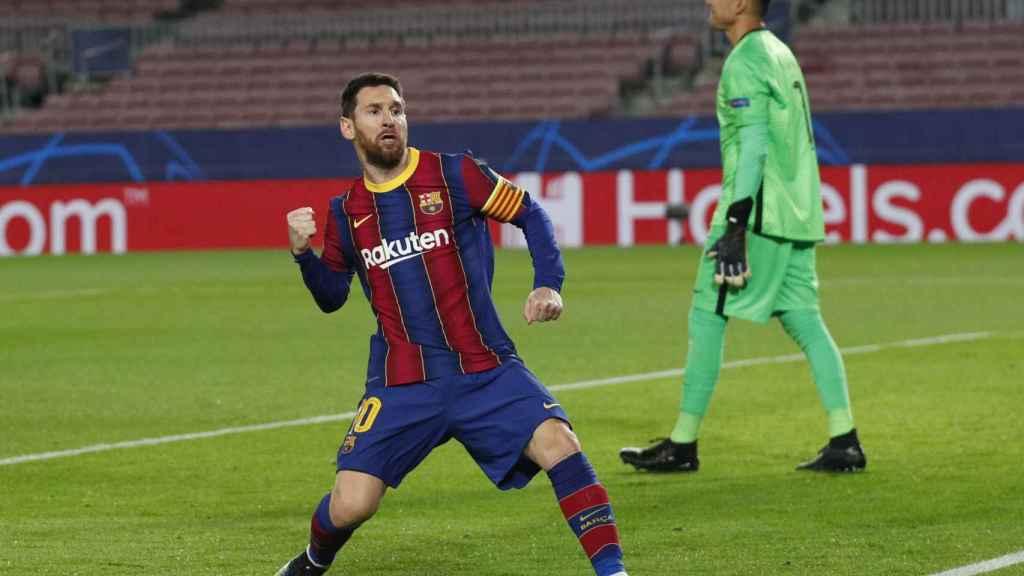 Leo Messi celebra con rabia su gol de penalti al PSG