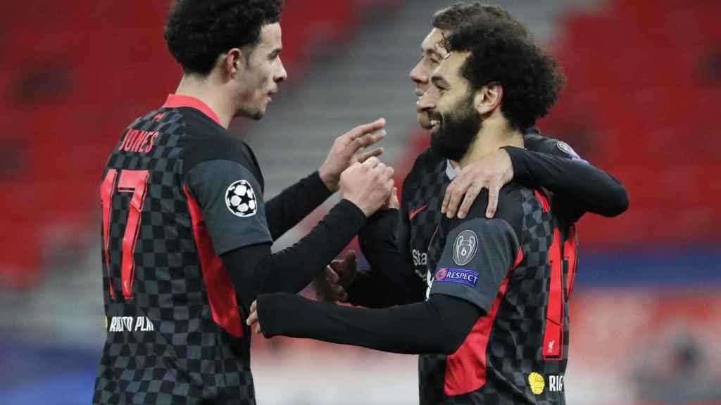 Salah celebra un gol con sus compañeros del Liverpool