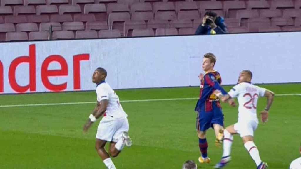 El polémico penalti a favor del Barcelona por presunta zancadilla sobre De Jong
