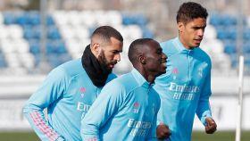 Karim Benzema, Ferland Mendy y Raphael Varane, durante un entrenamiento del Real Madrid