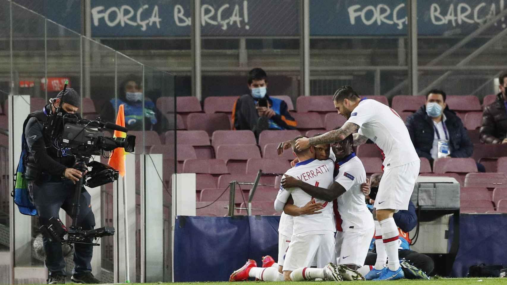 Piña de los jugadores del PSG alrededor de Kylian Mbappé