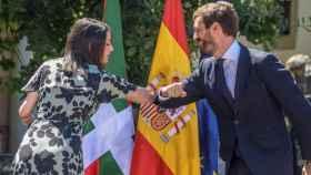 La presidenta de Cs y el presidente del PP se saludan durante la campaña electoral vasca.