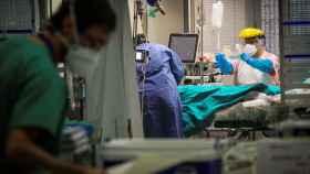 Varios sanitarios trabajan este martes en la Unidad de Cuidados Intensivos de Coronavirus del Hospital de Galdácano (Vizcaya).