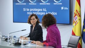 Carmen Calvo y María Jesús Montero, en la sala de prensa de Moncloa.