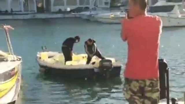 Los narcos usan embarcaciones secundarias para surtirse de combustible. Imágenes de este pasado fin de semana en el puerto deportivo de Manilva (Málaga).