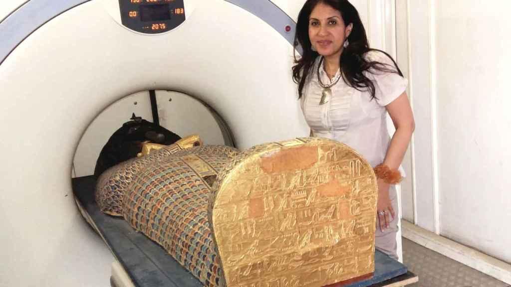 La profesora Sahar Saleem junto a la momia en el escáner.