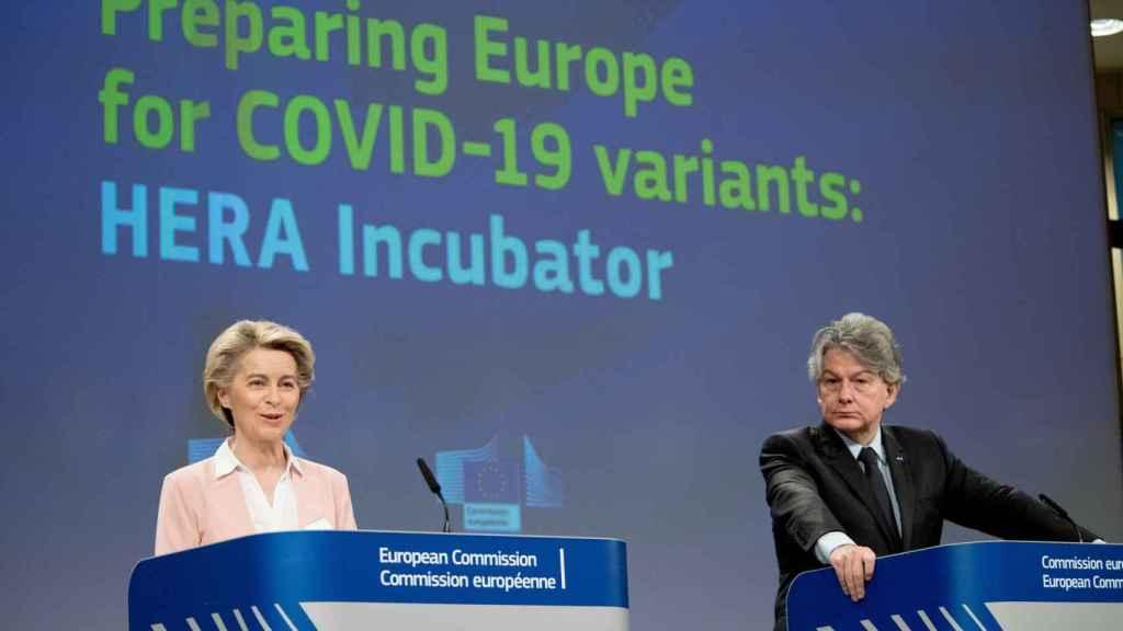 Ursula von der Leyen  y Thierry Breton, durante la rueda de prensa de este miércoles