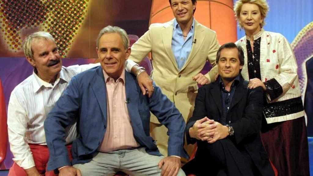 Sánchez Casado junto a los colaboradores del mítico programa 'Tómbola'.