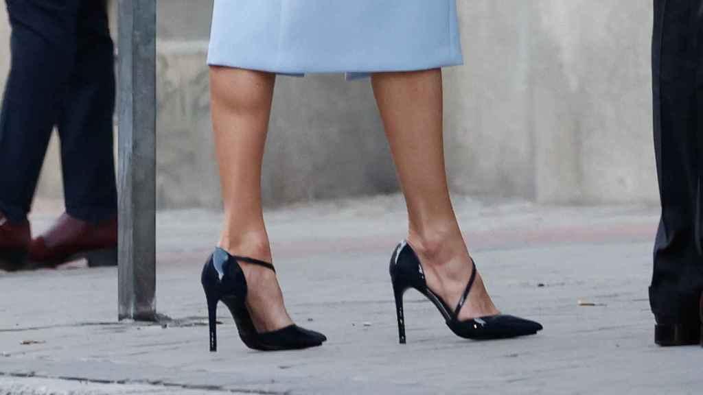Letizia sin medias y con sus zapatos Magrit.