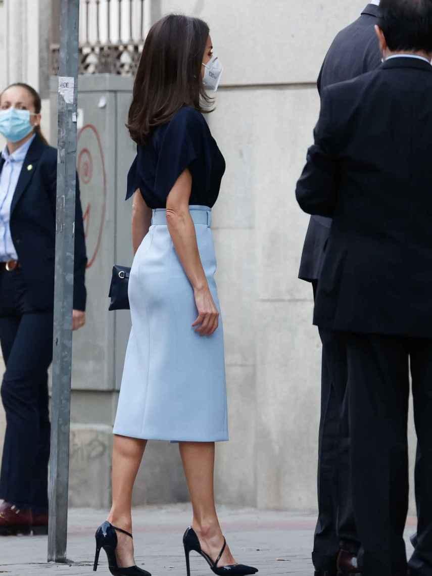 Letizia ha recuperado la falda azul celeste de Hugo Boss.