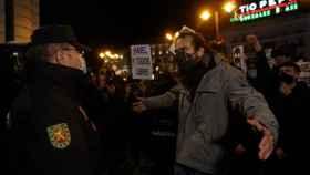 Un manifestante se encara con un policía durante la protesta en Sol.