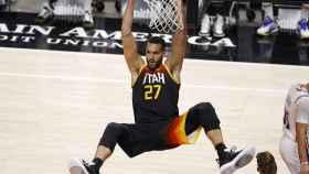 Rudy Gobert, machacando el aro con los Utah Jazz ante Philadelphia 76ers