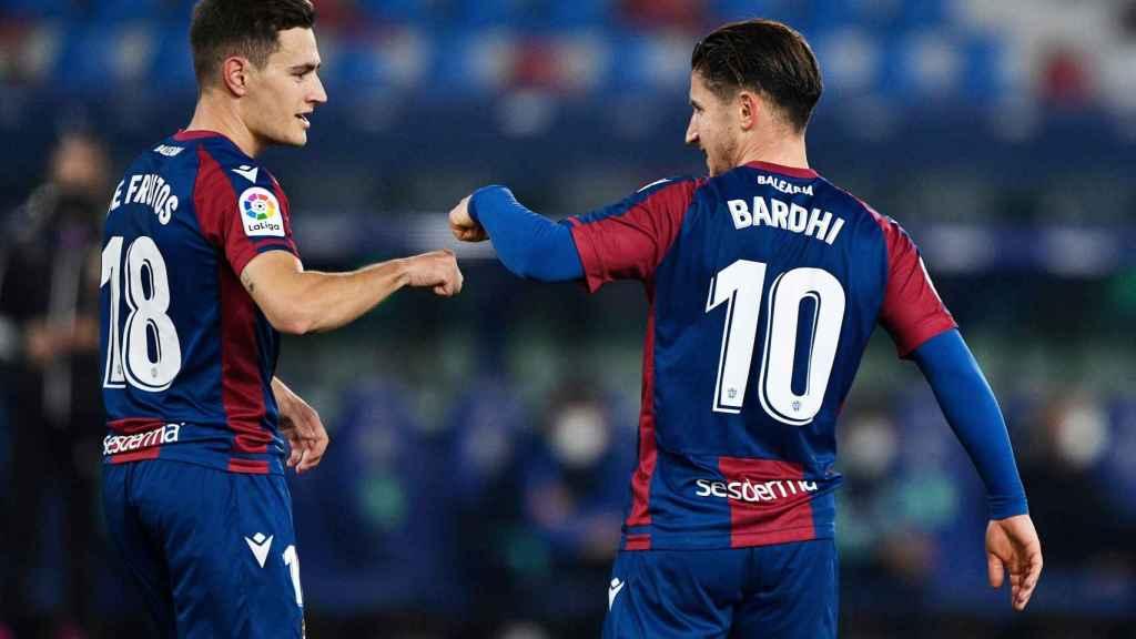 Bardhi celebra con Jorge de Frutos su gol al Atlético