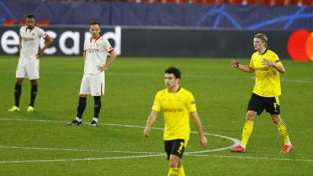Los jugadores del Sevilla observan a Haaland celebrar su segundo gol