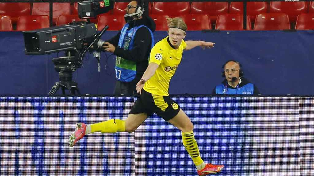 Erling Haaland celebra uno de sus goles al Sevilla en la Champions League