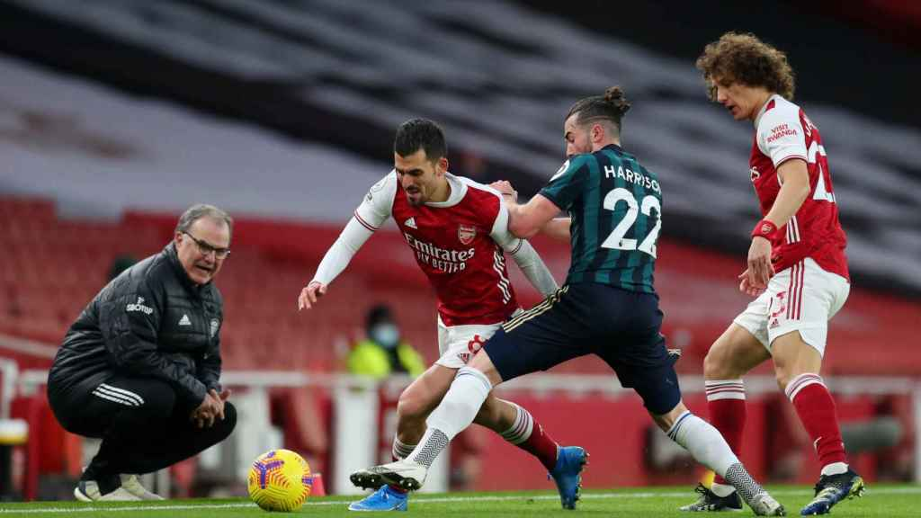 Dani Ceballos contrlando un balón con el Arsenal