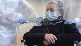 Una anciana recibe la primera dosis de la vacuna contra el coronavirus en Valencia.