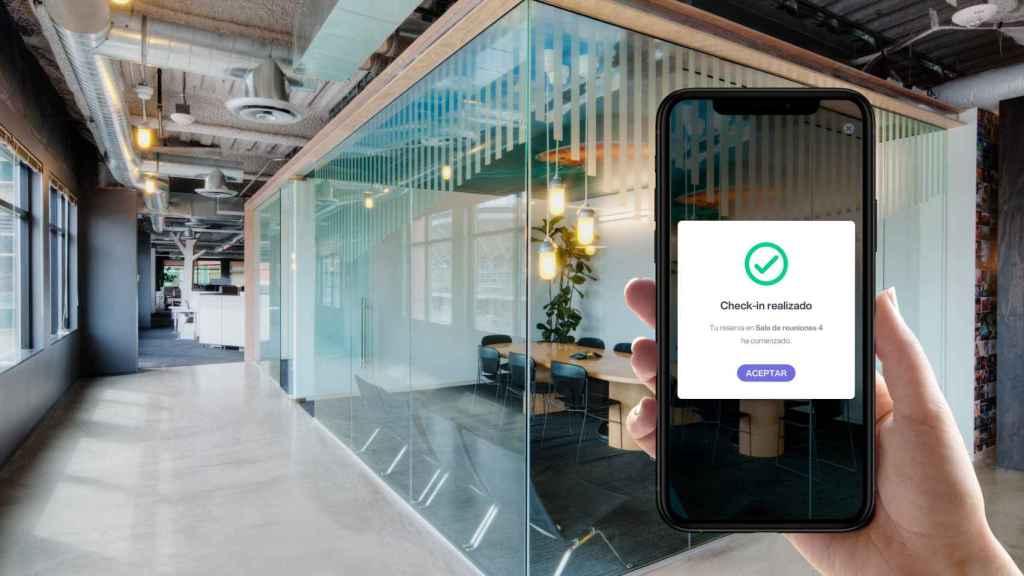 Un usuario realiza el check-in de una reserva de sala con la realidad aumentada de Bookker.
