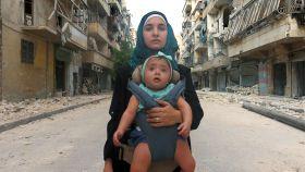 Waad al-Kateab, con su hija Sama en brazos.