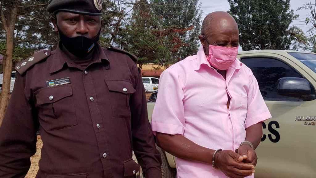 Paul Rusesabagina, esposado, camino del tribunal.