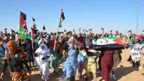 Algunos miles de saharauis se manifiestan en el campo de refugiados de Rabuni.