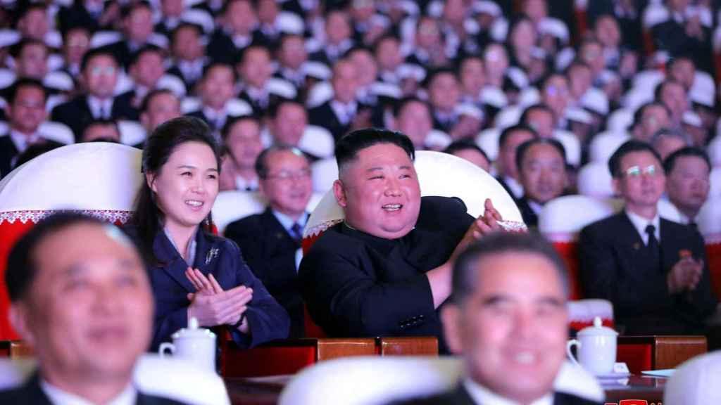 Kim Jong-un, líder de Corea del Norte, junto a su mujer, Ri Sol-ju.