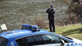 Un agente de la Policía Nacional durante las labores de búsqueda del joven de 20 años desaparecido.